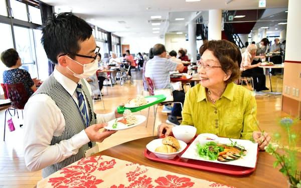 メニューを工夫しフレイル対策に取り組む=長野市のSmileセンター フランセーズ悠よしだで食事を楽しむ若麻績郁代さん(右)