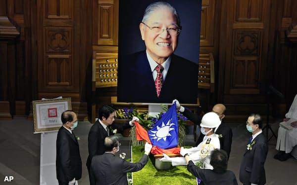 李登輝元総統は1996年に総統直接選挙を実現させ「台湾民主化の父」と称された(19日)=AP