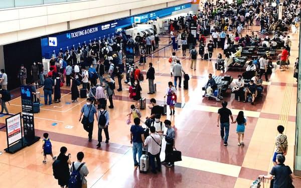 連休初日となった羽田空港には多くの旅行客の姿がみられた(19日、羽田空港)