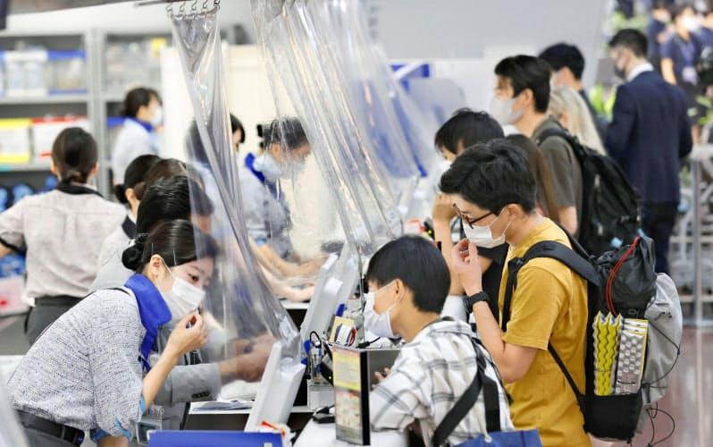 機内のマスク着用、日本は「お願い」 トラブル相次ぐ