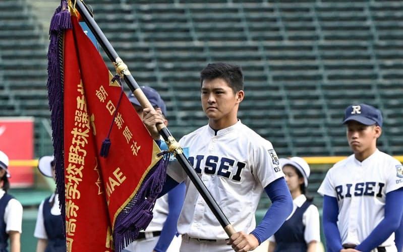 優勝旗を返還する履正社の関本勇輔主将(19日午後、甲子園球場)=共同