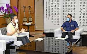 橋本岳厚労副大臣(左)(当時)は沖縄県の玉城デニー知事と会談し、看護師派遣について議論した(8月、沖縄県庁)