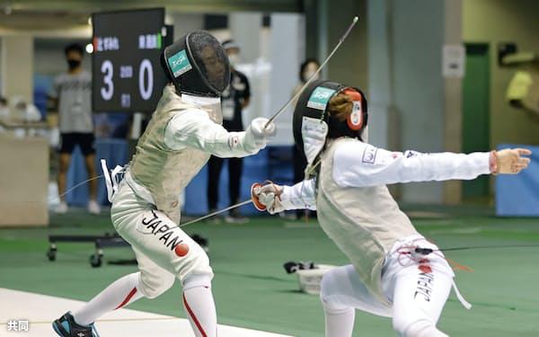 女子フルーレ準決勝 東晟良(右)からポイントを奪う辻すみれ。決勝に進んだ(19日、駒沢体育館)=共同