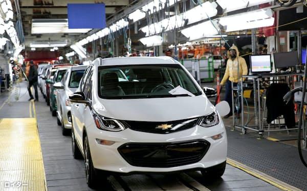 GMはガソリン車の代わりにEV事業の育成を急いでいる(ミシガン州のEV組み立て工場)=ロイター