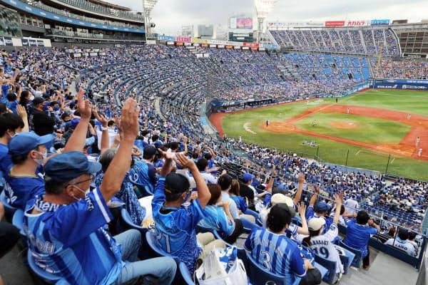 イベント制限が緩和され、観客が1万人を超えたプロ野球のDeNA対巨人戦(19日、横浜市の横浜スタジアム)