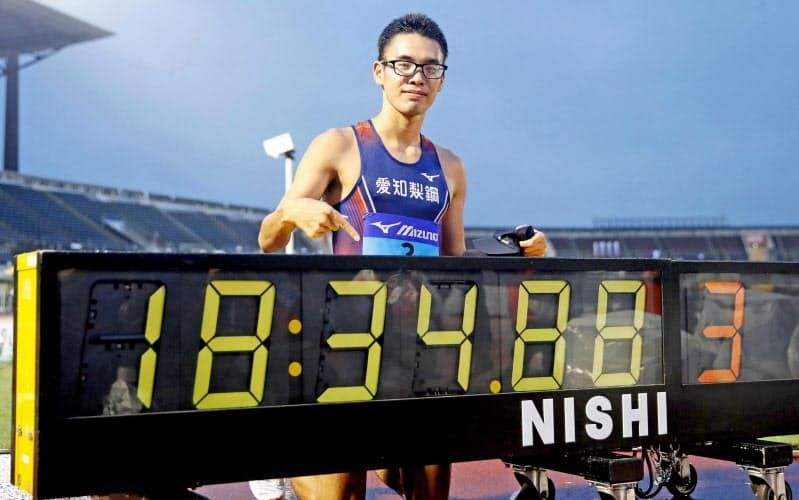 男子5000メートル競歩で18分34秒88の日本新記録をマークして優勝し、ポーズをとる山西利和(19日、熊谷スポーツ文化公園陸上競技場)=共同