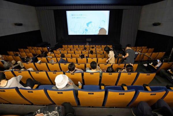 入場制限が緩和され、全席販売が再開された東京・渋谷の映画館。隣同士の席に座ることができるようになった(19日午前)=共同