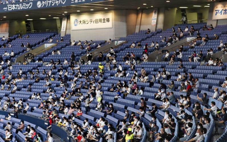 イベント入場制限が緩和され開催されたプロ野球オリックス―西武戦を観戦するファン(19日午後、京セラドーム大阪)=共同