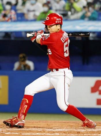 10回広島2死二、三塁、大盛が決勝の二塁内野安打を放つ(19日、神宮)=共同