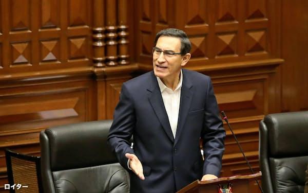 議会で演説するペルーのビスカラ大統領(18日、リマ)=ロイター