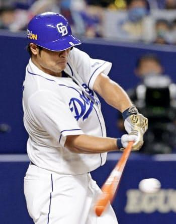 2回中日無死二、三塁、平田が中前に適時打を放つ(20日、ナゴヤドーム)=共同