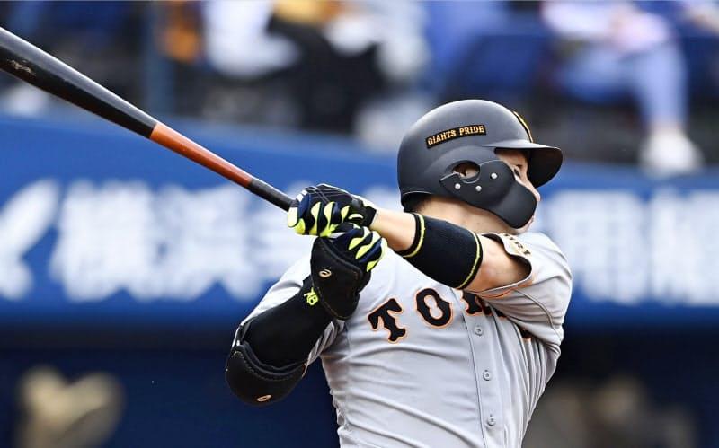 4回巨人無死一塁、丸が右中間に2ランを放つ(20日、横浜)=共同