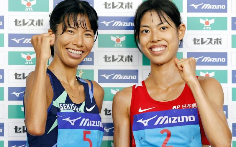 女子5000メートルで好記録をマークしポーズをとる2位の新谷仁美(左)と3位の広中璃梨佳(20日、熊谷スポーツ文化公園陸上競技場)=共同