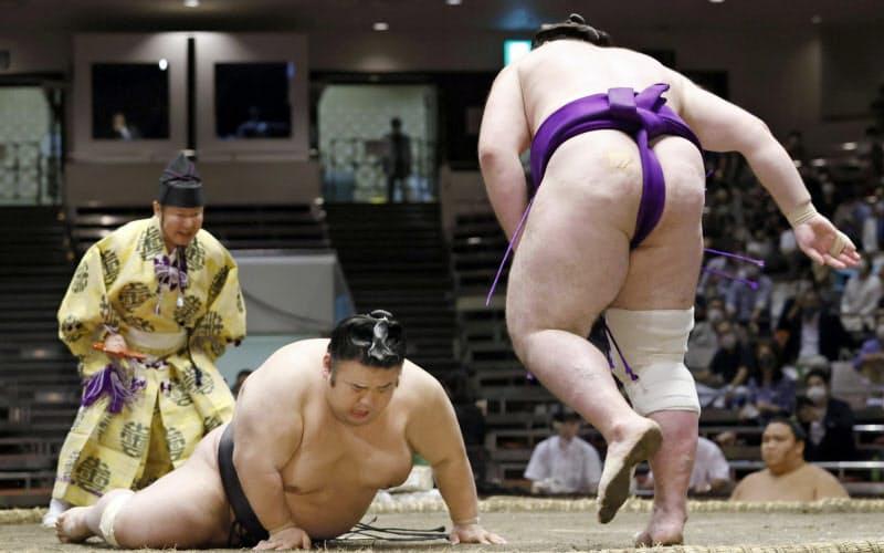 貴景勝(左)がはたき込みで栃ノ心に敗れる(20日、両国国技館)=共同