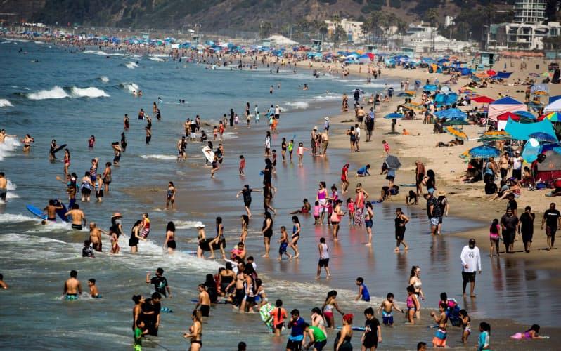 米カリフォルニア州のビーチには多くの人が押し寄せている=ロイター