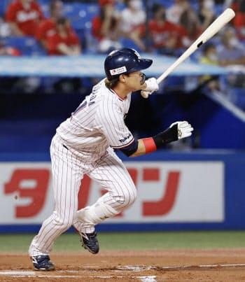 1回ヤクルト無死、浜田が左中間に先頭打者本塁打を放つ(20日、神宮)=共同