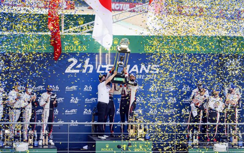 ルマン24時間で3連覇を果たし、表彰台で喜ぶ中嶋一貴らのトヨタ8号車チーム(20日、仏ルマン)=AP