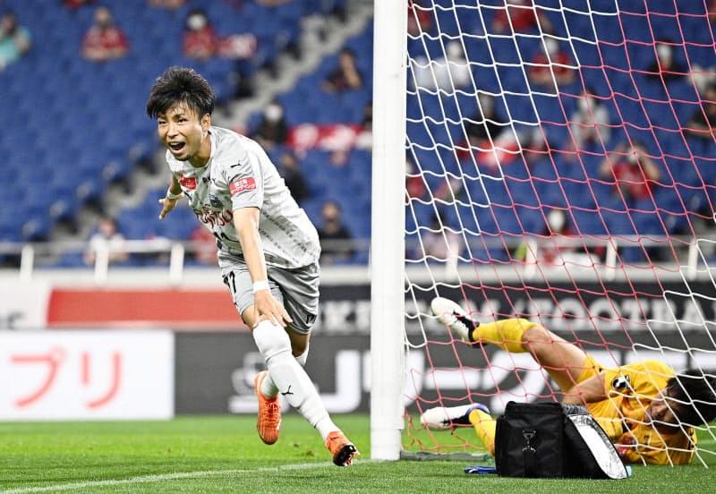 浦和―川崎 後半、チーム2点目のゴールを決め、駆けだす川崎・小林。GK西川=共同