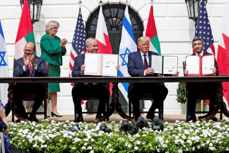 ホワイトハウスで国交正常化の合意文書署名式に出席したイスラエルの首相やUAE、バーレーンの外相ら(15日)=ロイター