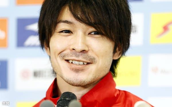 体操の全日本シニア選手権を前に記者会見する内村航平(21日、高崎アリーナ)=共同