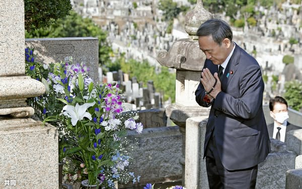 自民党の故小此木彦三郎衆院議員の墓参りをする菅首相=21日午後、横浜市