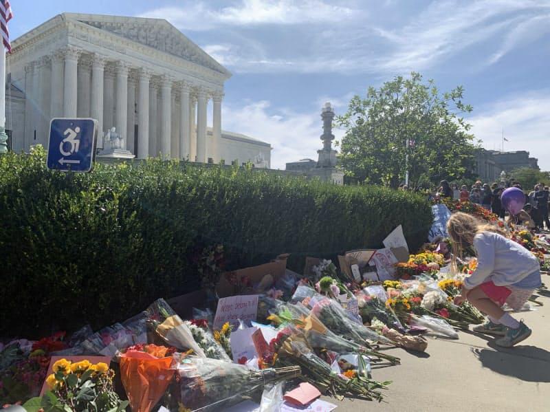 ギンズバーグ米最高裁判事の死亡を受け、首都ワシントンの最高裁前で多くの人が花を手向けた(19日)