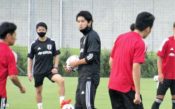 夢フィールドでのU-19日本代表候補合宿で練習を見守る内田氏(中央)=共同