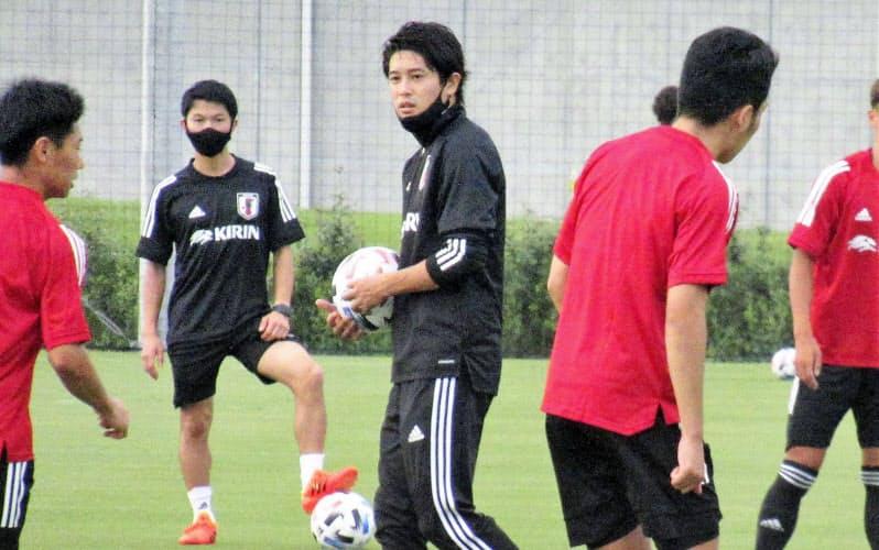 夢フィールドでのU―19日本代表候補合宿で練習を見守る内田氏(中央)=共同