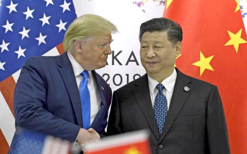 2019年6月、G20サミットが開かれた大阪で握手するトランプ米大統領(左)と中国の習近平国家主席=AP