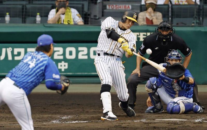 8回阪神1死二、三塁、糸井が右中間に決勝の2点二塁打を放つ。投手石田、捕手高城(22日、甲子園)=共同