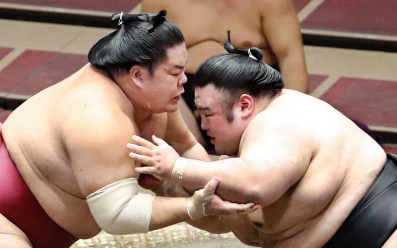 大栄翔(左)と攻め合う貴景勝(22日、両国国技館)=共同