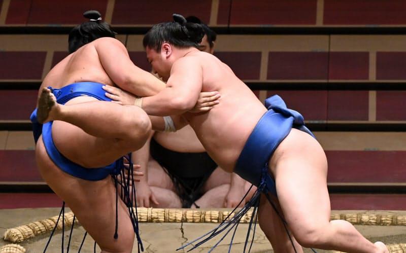 琴勝峰(左)を寄り倒しで破る若隆景