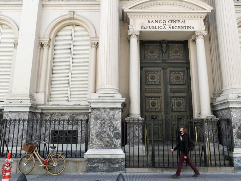 アルゼンチン中央銀行は為替介入を繰り返している(9月、ブエノスアイレス)=ロイター