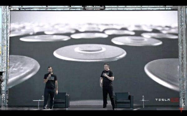 EV用セルの内製化を発表するテスラのマスクCEO(右)(22日、同社の中継画面から)