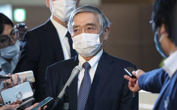 菅首相との会談を終え、報道陣の質問に答える日銀の黒田総裁(23日、首相官邸)