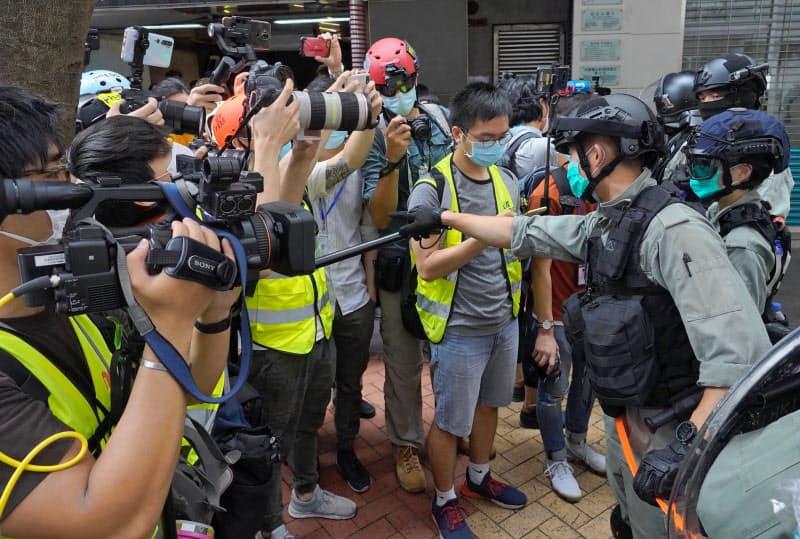 多くの記者が抗議活動の最前線で取材していた(5月、香港)=AP