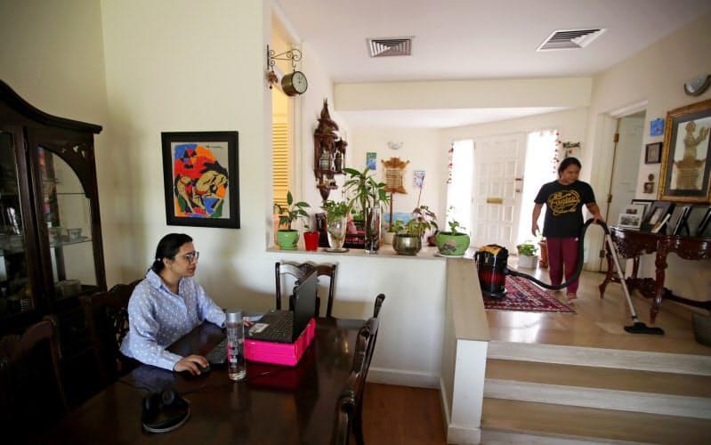 在宅勤務者の方が生産性も幸福度も高いのに、昇進はしにくいという調査もある=ロイター