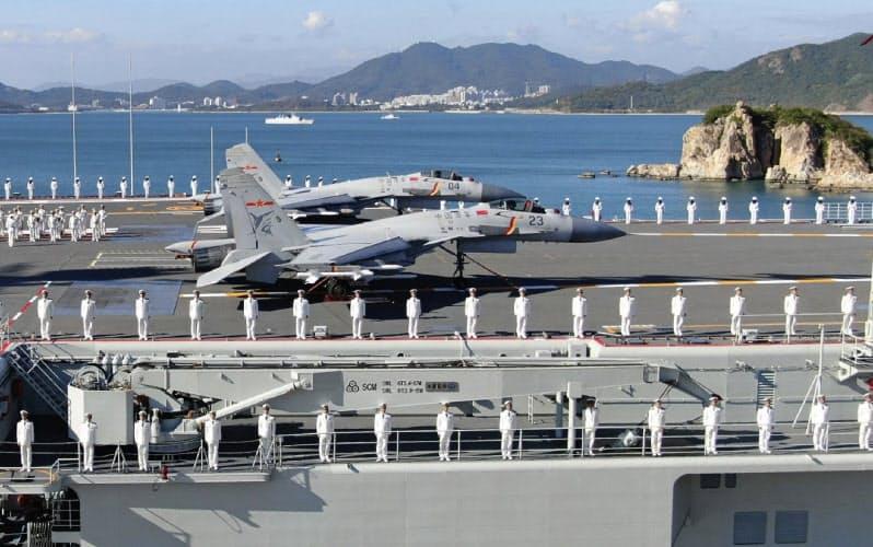 中国は軍民融合で国産空母の開発などを進める(海南省、2019年12月17日撮影)=新華社・AP