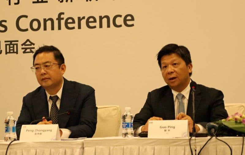 上海市で記者会見するファーウェイの郭平(グォ・ピン)副会長兼輪番会長((右)、23日)
