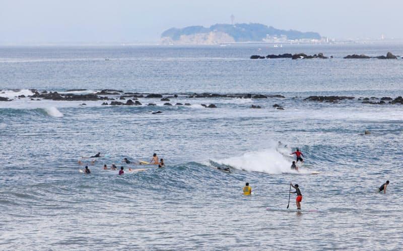 大会が開かれる海岸で波を待つサーファー(神奈川県葉山町)