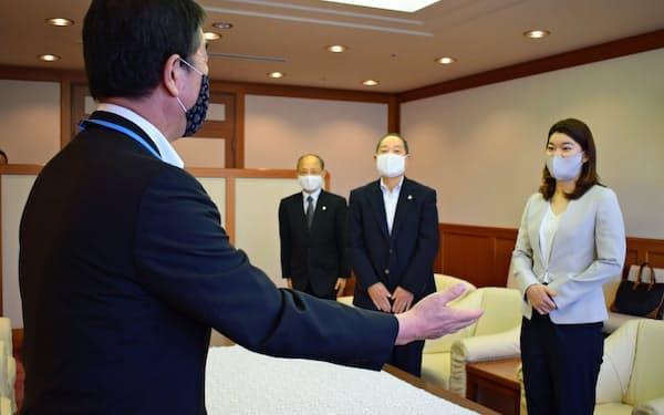 高橋礼華さん(右)が村井知事(左)を表敬訪問した(23日、宮城県庁)