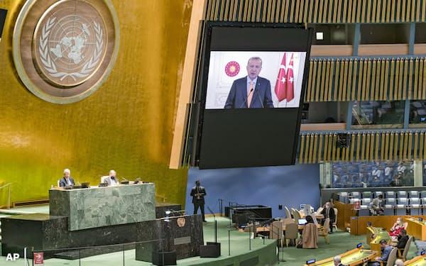 国連総会でテレビ演説するトルコのエルドアン大統領(22日、ニューヨーク)=AP
