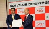 包括連携協定を結んだ富山県の石井隆一知事(右)とアルビスの池田和男社長