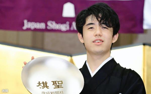 第91期棋聖就位式で賞杯を手にする藤井聡太棋聖(23日午後、東京都内のホテル)=代表撮影