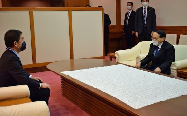 平沢復興相(右)と面会する宮城県の村井知事(左)(23日、県庁)