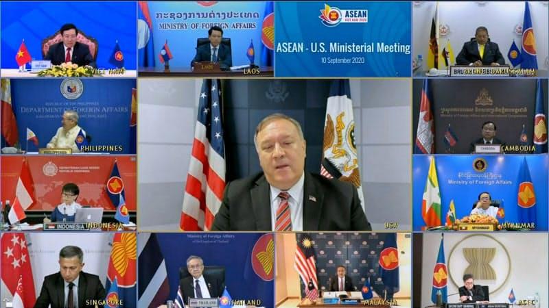 ASEANと域外国とのオンライン外相会合に参加したポンペオ米国務長官(中央)は、南シナ海問題で中国批判を展開した=VTV via AP