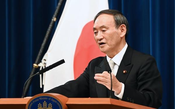 認証式を終え、記者会見する菅首相(16日、首相官邸)