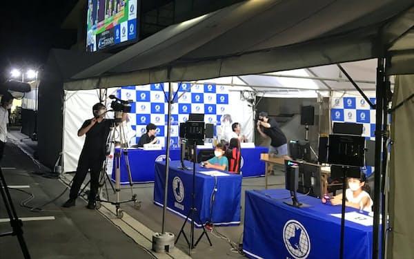 ドライブイン企画では大画面に競技状況を映し出した(常陸太田市、8月8日)