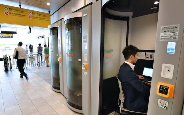 乗換駅を中心にシェアオフィスを増やしていく(JR新宿駅。利用時はドアが閉まり密室に)