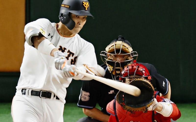 2回巨人無死一、二塁、大城が右翼線に先制二塁打を放つ。捕手磯村(23日、東京ドーム)=共同
